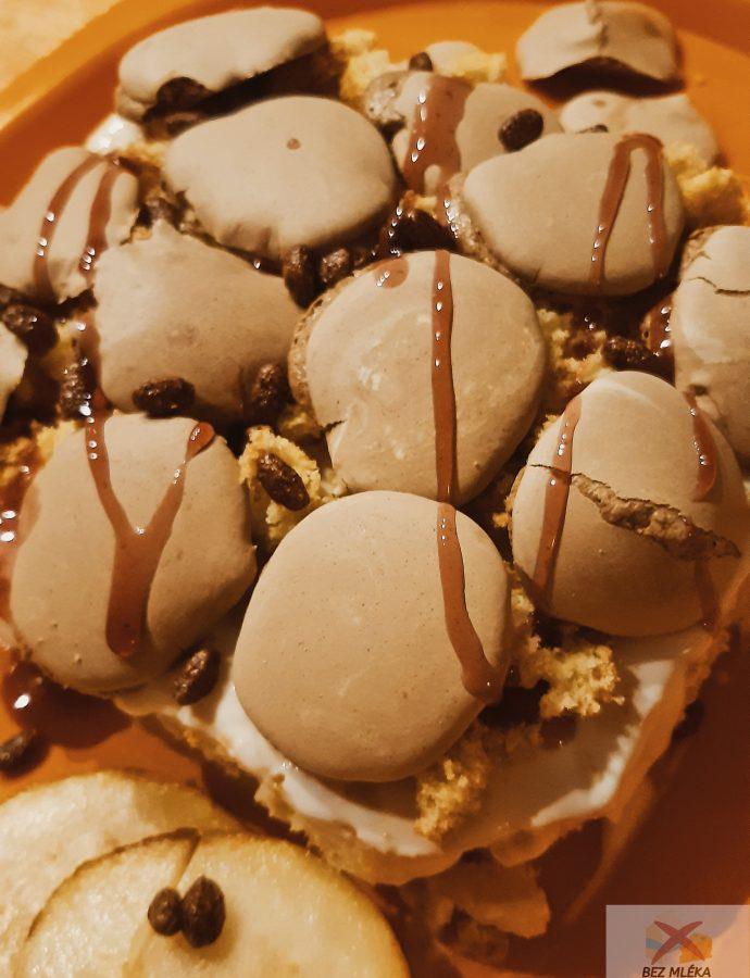 Lehký piškotový dort s čokoládovými pusinkami